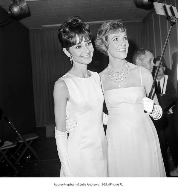 Audrey Hepburn en Julie Andrews met iPhone