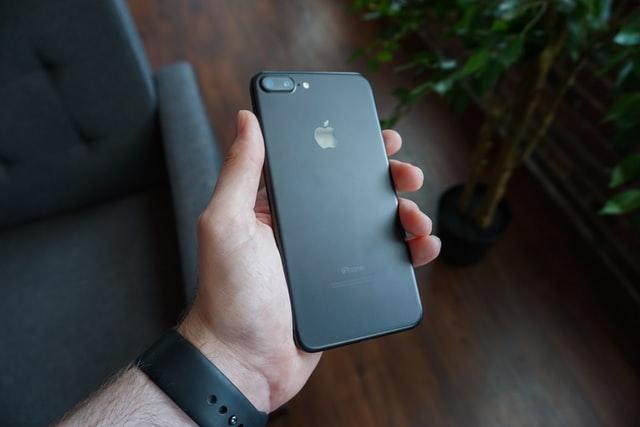 Man houdt iPhone vast