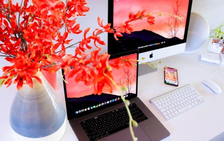 Bureau met Apple-producten