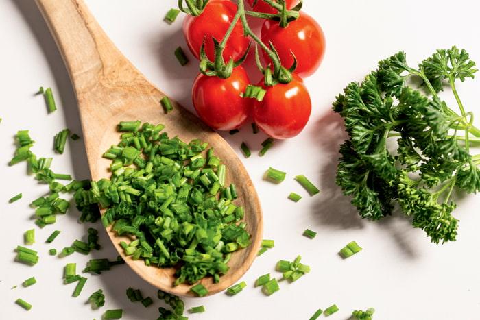 iPhone foodfoto met tomaten, peterselie en bieslook