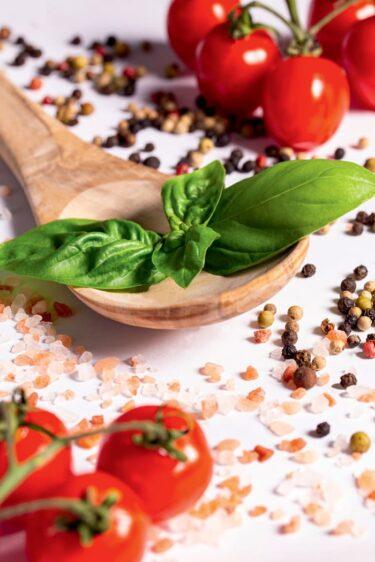 foodfoto iphone met verse kruiden, tomaten, grof zout en hele peperkorrels